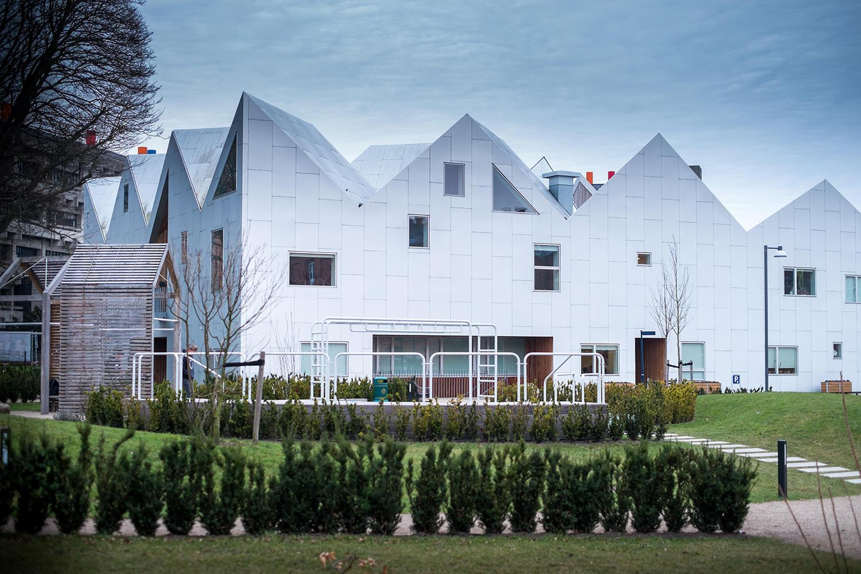 13. marec 2017 Kodaň, Dánsko: Typické štíty severskej architektúry na liečebnom stredisku pre onkologických pacientov v kodanskom dištrikte Nørrebro. Nemocnice sa už nemusia nevyhnutne stavať do výšky, majú byť flexibilné.