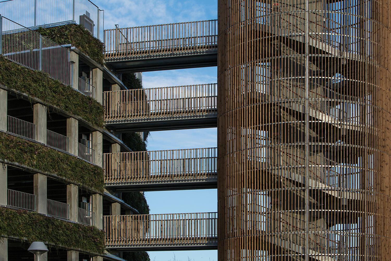 4. október 2014 Kodaň, Dánsko: Špirálovitý parkovací areál v nemocnici Glostrup pôsobí nevtieravo. Zelená výzdoba po stenách dodáva budove príjemný svieži vzhľad. S akou parkovacou kultúrou sa stretávate pri našich nemocniciach?